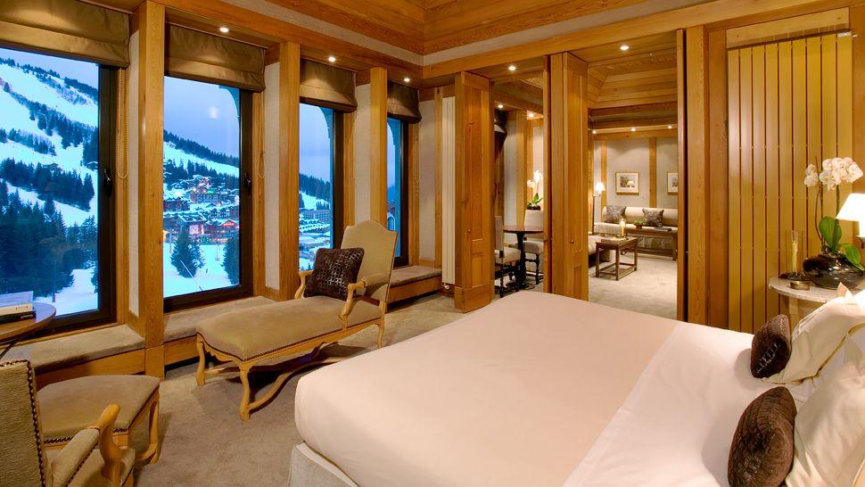 002579 01 suite bedroom winter ski hill view