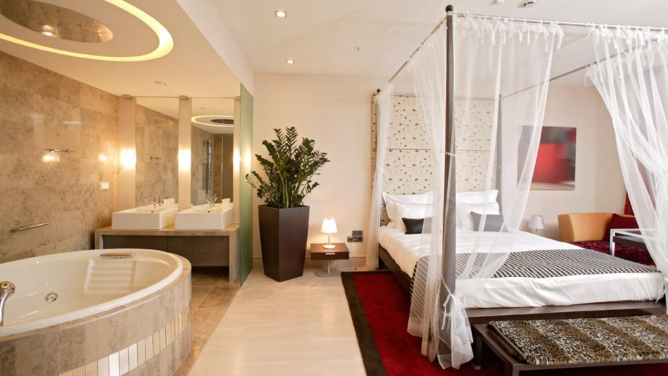 Exceptional Bedroom With Jacuzzi. Restaurant. Bund View Suite. Ground Floor Entrance
